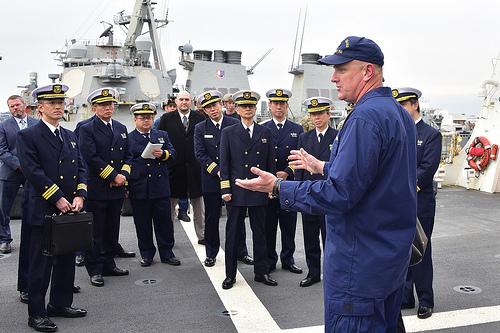 미 해안경비대의 경비함인 버솔프함의 함장 존 드리스콧 대령이 지난 2월 일본 요코스카에서 함정을 방문한 일본 해상보안청 간부들과 대화를 나누고 있다. [사진 해안경비대]