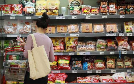 대장암 발병이 늘어난 원인은 식생활 변화에서 찾을 수 있다. 사진은 서울 시내 한 대형마트에서 소비자가 소시지 제품을 고르고 있는 모습. <저작권자(c) 연합뉴스, 무단 전재-재배포 금지>