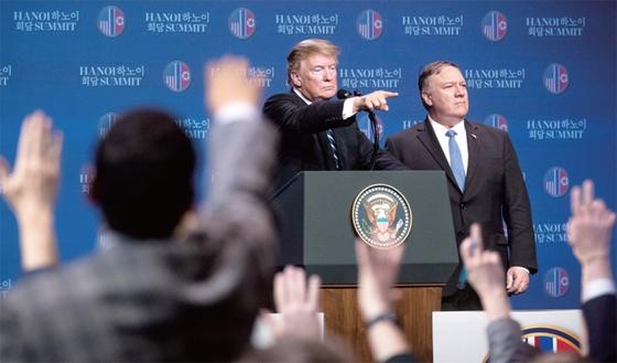 트럼프 대통령이 2월 28일(현지시간) 베트남 하노이 JW 메리어트 호텔에서 열린 기자회견에서 질문할 기자를 지목하고 있다. / 사진:AP/연합뉴스