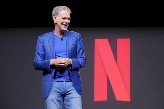 넷플릭스 창업자인 리드 헤이스팅스(Reed Hastings) CEO가 18일 오후 미국 로스앤젤레스에 위치한 넷플릭스 오피스에서 기자들과 질의응답을 하고 있다. [사진 넷플릭스]
