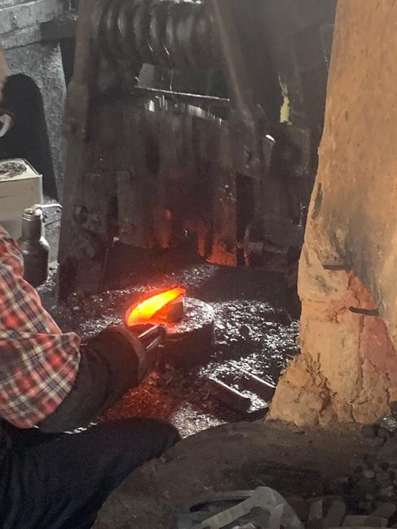 영주대장간에서 호미가 만들어지는 모습. 불에 달궈진 호미 날. 김윤호 기자