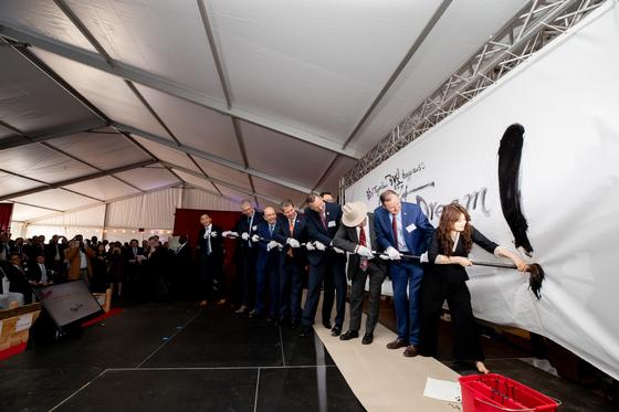 19일(현지시간) 미국 조지아주 커머스시에서 열린 SK이노베이션의 전기차 배터리 공장 기공식. 행사에 참석한 인사들이 힘을 합쳐 마지막 점을 찍고 있다. [사진 SK이노베이션]