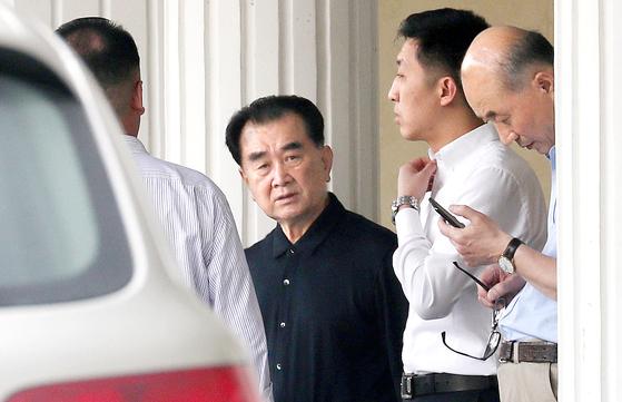 김창선 북한 국무위원회 부장이 2월 18일 숙소인 베트남 하노이의 정부게스트하우스(영빈관)를 나서고 있다. [뉴스1]