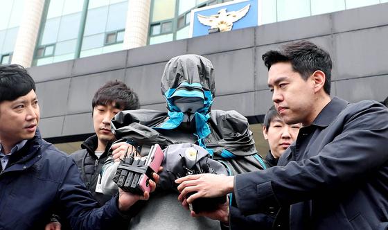 '청담동 주식부자'로 불리는 이희진 씨의 부모를 살해한 혐의를 받는 김모 씨가 20일 오전 구속 전 피의자 심문을 받기 위해 경기 안양동안경찰서를 나서고 있다. [뉴시스]