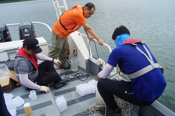 국립환경과학원 낙동강 물환경연구소 연구원들이 낙동강 수질을 조사하고 있다. [중앙포토]