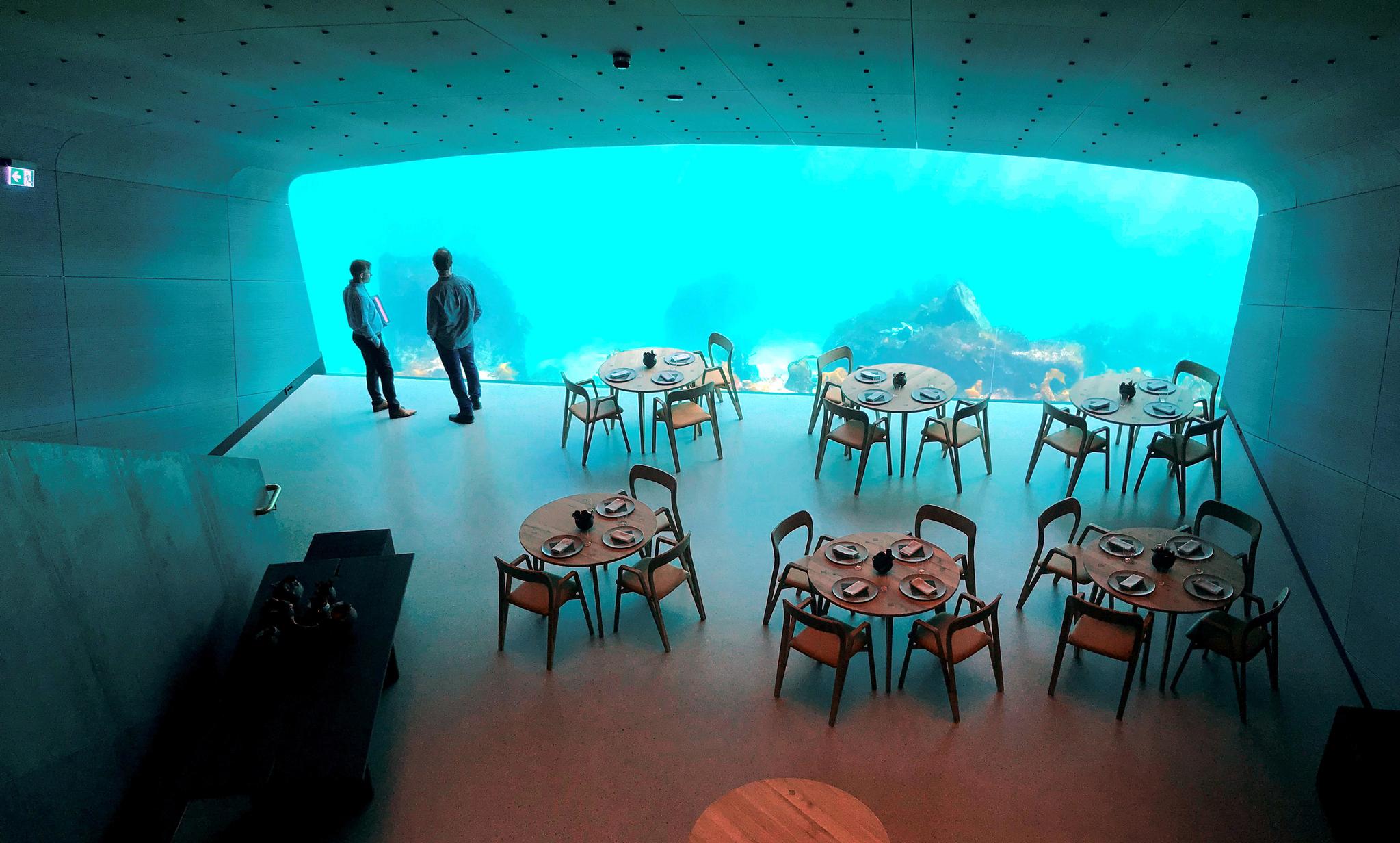 길이 11m의 창을 통해 북대서양의 바닷속을 볼 수 있는 언더의 내부공간. 19일 레스토랑 관계자들이 시설을 둘러보고 있다. [로이터=연합뉴스]