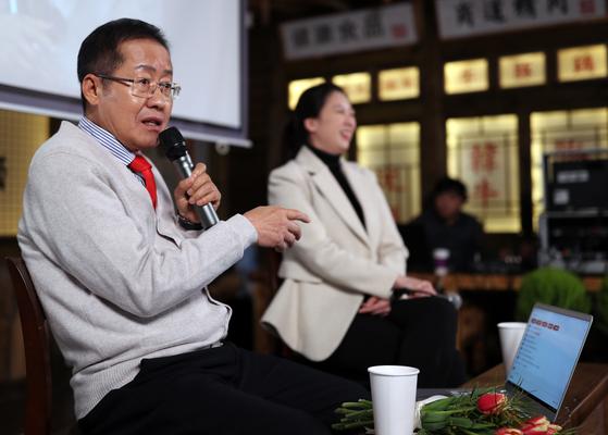 자유한국당 홍준표 전 대표가 지난달 8일 오후 경남 창원시 성산구 한 식당에서 자신의 유튜브 채널 TV홍카콜라 생방송을 진행하고 있다. 오른쪽은 배현진 전 대변인. [연합뉴스]