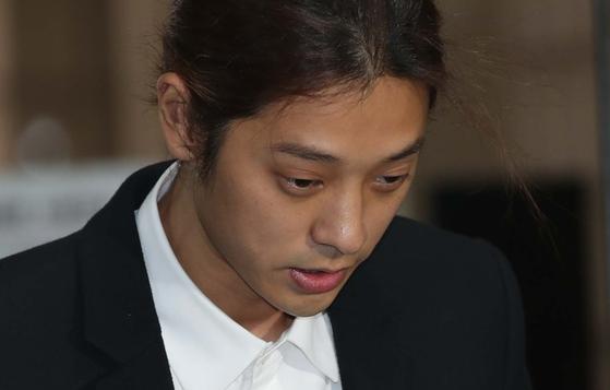 정준영이 21일 서울 서초동 서울중앙지법에 성관계 몰카 혐의로 영장실질심사를 받기위해 출석하고 있다. 오종택 기자