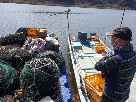 창녕함안보 인근 낙동강에서 물고기를 잡는 어부가 그물 등 어구를 살펴보고 있다. 농민과 어민들은 보가 필요하다는 주장이지만 환경부 여론조사에서는 제대로 이를 반영하지 못했다는 지적이 나온다. 위성욱 기자