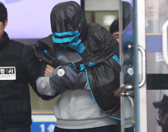 '청담동 주식 부자' 이희진(33)씨의 부모를 살해한 혐의를 받고 있는 피의자 김모(34) 씨가 20일 오전 영장실질심사 출석을 위해 경기도 안양동안경찰서에서 나오고 있다. [연합뉴스]