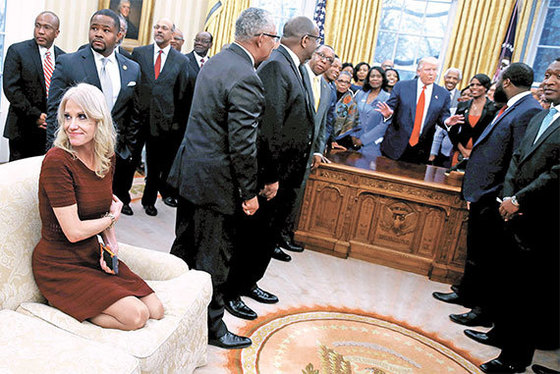 도널드 트럼프 대통령(가운데)이 백악관 대통령 집무실인 '오벌 오피스'에서 흑인학생이 다수인 대학(HBCU)의 지도자들과 대화하고 있다. 켈리앤 콘웨이 선임고문(왼쪽 아래)은 이 자리에서 신발을 신은 채 소파에 올라 스마트폰으로 사진 촬영을 하는 등 부적절한 행동을 보여 구설에 올랐다. [로이터=뉴스1]