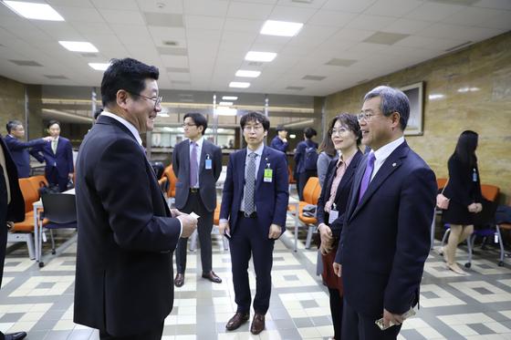 이찬희 대한변호사협회 회장(왼쪽)과 박영기 한국공인노무사회 회장이 20일 오전 국회 본청 고용노동소위 회의장 앞에서 우연히 만나 인사를 나누고 있다. 대한변협 제공