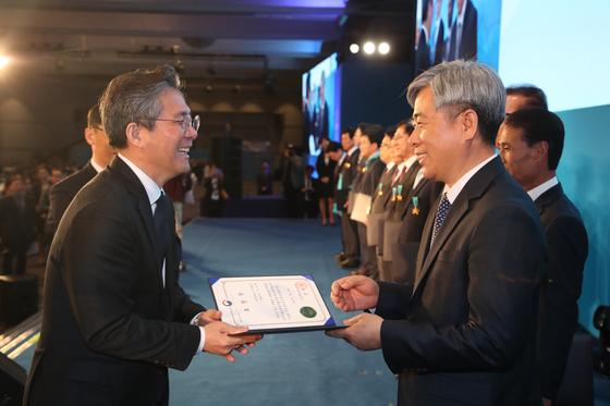 [사진: 3월 20일 '제46회 상공의 날 기념식'에서 산업통상자원부 장관 표창을 받은 김장환 한국암웨이 대표이사]