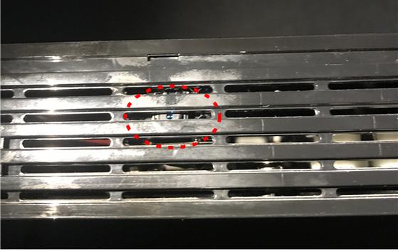 피의자 박모씨가 숙박업소 객실의 TV 셋톱박스에 설치한 몰래카메라(빨간 원 안). [사진 경찰청]