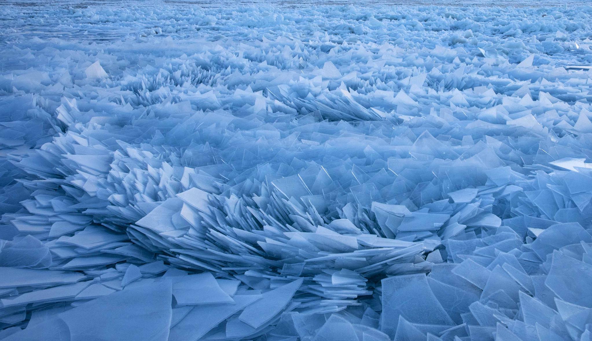 [서소문사진관] 미시간호에 쌓인 100만 개 얼음 조각, 장관이네...