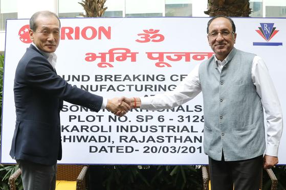 20일(현지시간) 인도 라자스탄 하얏트 마네사르 호텔에서 허인철 오리온 부회장(왼쪽)과 숙비르 씽 만 '만 벤처스' 회장이 착공 기념사진을 찍으며 악수하고 있다.                [사진 오리온]