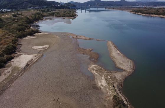 지난해 10월 충남 부여시 금강 백제보 수문이 완전히 열리면서 수위가 낮아지면서 모래톱이 드넓게 드러났다. [연합뉴스]