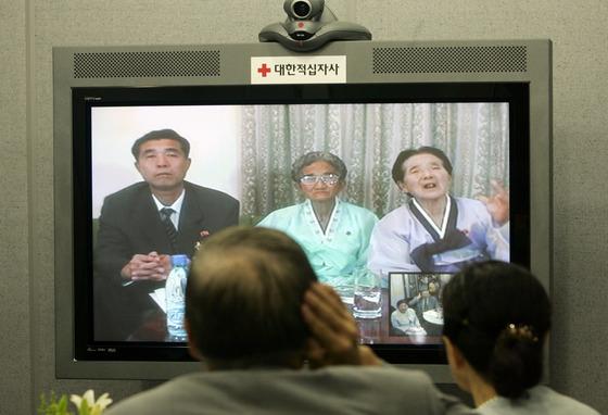지난 2007년 8월13일 서울 중구 남산동 대한적십자사에서 열린 제6차 남북이산가족 화상상봉 행사에서 남측 이선화씨 가족들이 북측의 가족들과 모니터를 통해 대화를 나누고 있다.[중앙포토]