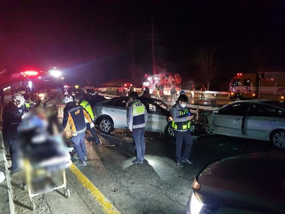지난 14일 오전 12시 45분쯤 경기도 평택시 청북읍 후사리 39번 국도 오산 방면에서 역주행 승용차와 택시가 충돌하는 사고가 났다. 이 사고로 총 3명이 숨졌다. [독자 제공]
