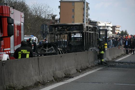 이탈리아 스쿨버스 기사가 학생을 납치 후 버스에 불을 질러 버스가 전소된 모습. 큰 부상자는 발생하지 않았다. [AP=연합뉴스]