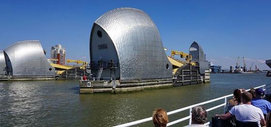 영국 런던을 흐르는 템즈 강에 설치된 방벽. 강 하구로부터 해일이 밀려 올라올 때 이를 막기 위해 설치한 것이다. [중앙포토]
