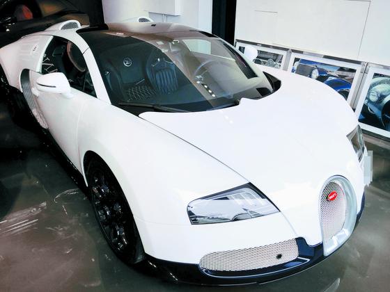 지난달 25일 이희진씨 동생이 20억원에 매각한 흰색 부가티 베이론 그랜드 스포츠 차량. 현재 성남시의 한 중고 수퍼카 매매업체에 전시돼 있다. [남궁민 기자]