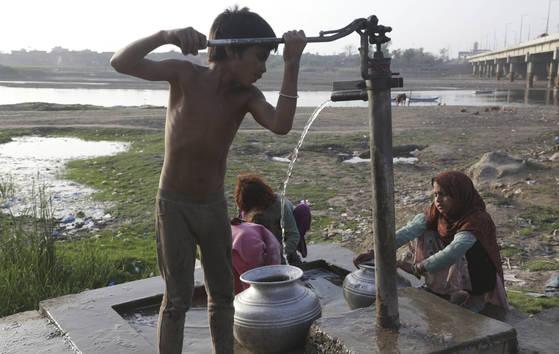 파키스탄 어린이가 펌프로 물을 긷고 있다. 파키스탄에서는 급격한 인구증가와 도시화로 먹는 물 수질이 갈수록 악화하고 있다. [AP=연합뉴스]