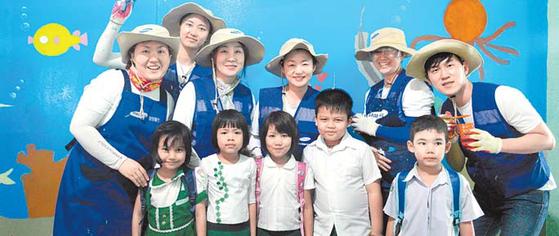 삼성물산은 '삶의 가치를 더하고 나눕니다'라 는 슬로건 아래 사회공헌활동을 강화한다. 사 진은 상사부문 해외봉사단이 미얀마에서 교 육시설을 보수하고 현지학생과 함께한 모습. [사진 삼성물산]