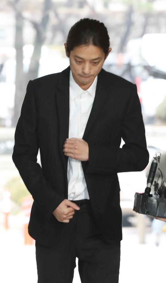 상습적으로 성관계 불법 영상 촬영 및 유포 혐의를 받는 가수 정준영이 21일 오전 서울 서초구 서울중앙지방법원에서 열린 구속 전 피의자심문(영장실질심사)에 출석하고 있다. [뉴스1]