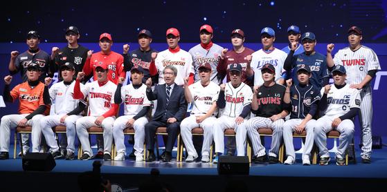 10개 구단 대표 20명의 선수와 정운찬 KBO 총재가 파이팅을 외치고 있다. [연합뉴스]