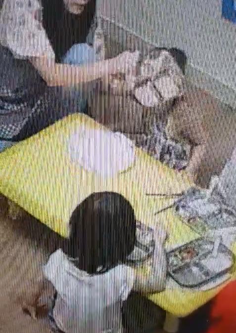 경북 구미의 한 어린이집 CCTV에 보육교사가 아이에게 밥을 급하게 먹인 뒤 식판에 남은 음식을 입에 붓는 모습이 찍혔다. 아이가 음식을 다 먹지 못하고 뱉자 이를 다시 먹이려고 한다. [사진 피해 아동 부모]
