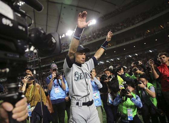 스즈키 이치로(시애틀 매리너스)가 21일 일본 도쿄돔에서 열린 2019 미국프로야구 메이저리그 오클랜드 애슬레틱스와의 경기가 끝난 뒤 객석을 향해 손을 흔들고 있다. [AP=연합뉴스]