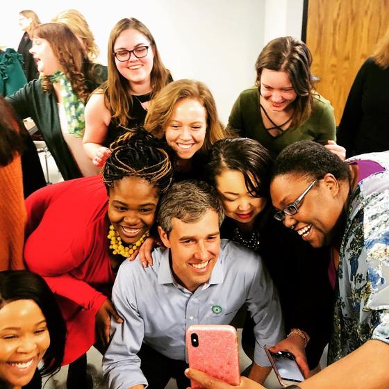 지지자들과 휴대전화로 사진을 찍는 오루크 전 하원의원. [사진 오루크 인스타그램]