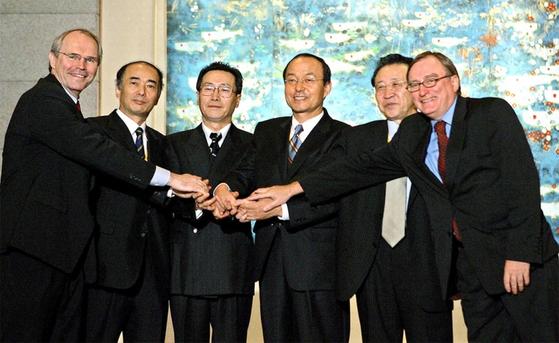 2005년 9월 19일 베이징에서 회동한 6자회담 대표들이 공동성명을 발표한 뒤 악수를 나누고 있다. / 사진:연합뉴스