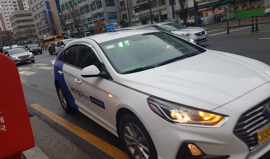21일 오전 서울 송파구 오금동에서 호출한 승차거부 없는 택시 웨이고 블루가 호출 9분 만에 도착했다. 이 택시는 택시 요금 외에 추가로 호출비 3000원을 더 받는다. [박민제 기자]