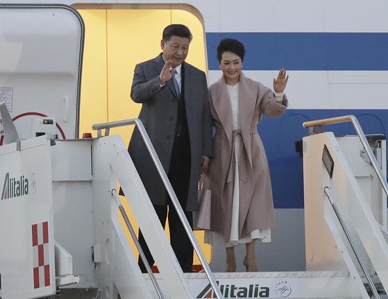 21일(현지시간) 시진핑 중국 국가주석과 부인 펑리위안 여사가 이탈리아 로마의 레오나로드 다빈치 공항에 도착해 환영 인파에게 손을 흔들고 있다. [AP=연합뉴스]