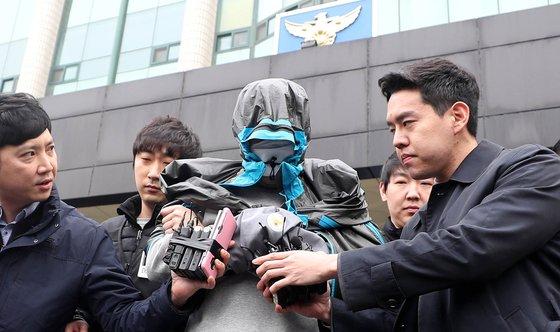 '청담동 주식부자'로 불리는 이희진씨의 부모를 살해한 혐의를 받는 김모 씨가 20일 오전 영장실질심사를 받기 위해 경기 안양동안경찰서를 나서고 있다. [뉴시스]