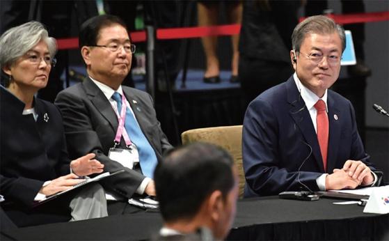 문재인 대통령 (오른쪽부터)을 보좌하는 정의용 안보실장, 강경화 외교부장관. 한국 정보당국은 하노이 북·미 정상회담에서 정보력의 한계를 드러냈다. / 사진:연합뉴스