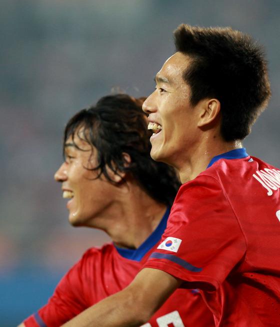 2010년 중국과 아시안게임 경기에서 골을 터트린 김정우(오른쪽)가 박주영과 함께 기뻐하고 있다.[중앙포토]