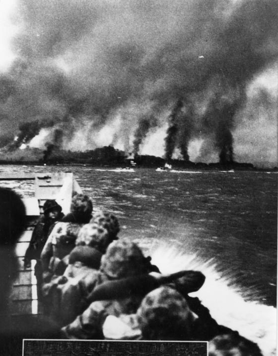 1950년 9월 15일 유엔군과 함께 인천상륙작전에 투입된 한국 해병대원들이 함포 사격으로 연기에 싸인 인천 해안을 바라보며 상륙을 시도하고 있다. [중앙포토]