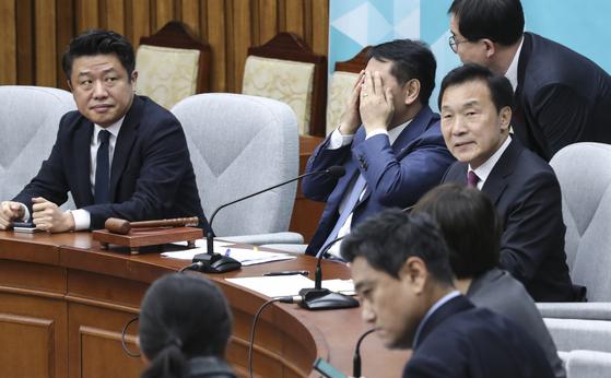 김관영 바른미래당 원내대표(왼쪽 두 번째)가 20일 오전 국회에서 열린 최고위원회의 겸 의원총회에서 손으로 얼굴을 만지고 있다. 이날 회의는 비공개로 진행됐다. 임현동 기자