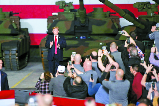 도널드 트럼프 미국 대통령이 20일(현지시간) 오하이오주 리마에서 'M1 에이브럼스' 탱크 앞에서 직원들과 대화하고 있다. [AFP=연합뉴스]
