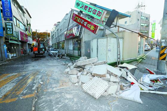 2017년 11월 15일 지진으로 무너진 포항시 북구의 건물들 모습. [연합뉴스]
