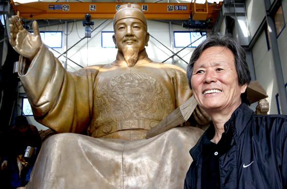 2009년 세종대왕 동상을 제작을 끝낸 김영원 조각가가 동상 앞에서 웃고 있다. [중앙포토]