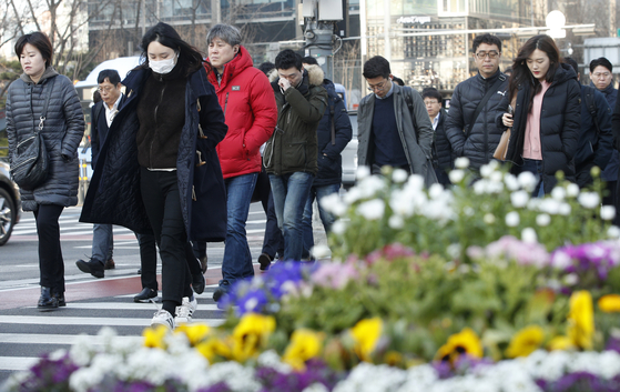 꽃샘추위가 찾아온 22일 오전 서울 광화문 네거리에서 시민들이 출근길을 서두르고 있다. [뉴스1]