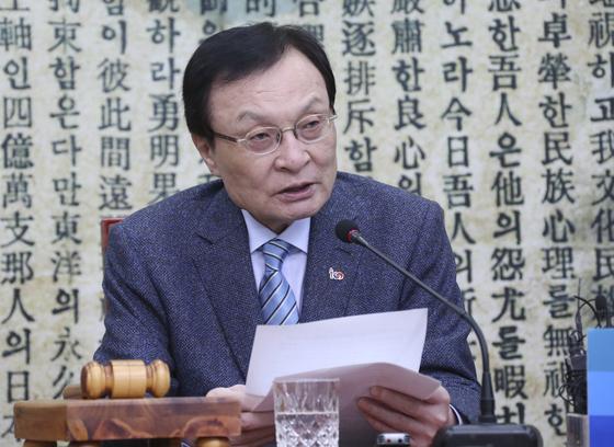이해찬 민주당 대표가 22일 오전 국회에서 열린 최고위원회의에서 모두발언을 하고 있다.   임현동 기자