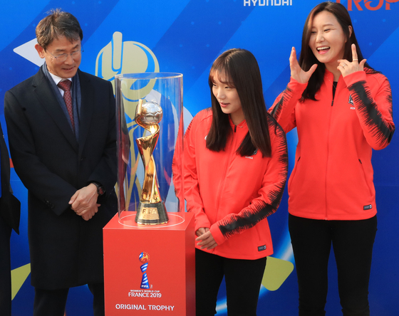 오는 6월 프랑스에서 열리는 여자월드컵의 진품 우승 트로피를 윤덕여 여자축구대표팀 감독(맨 왼쪽)과 대표팀 선수 장슬기(가운데), 김정미가 함께 지켜보고 있다. [연합뉴스]