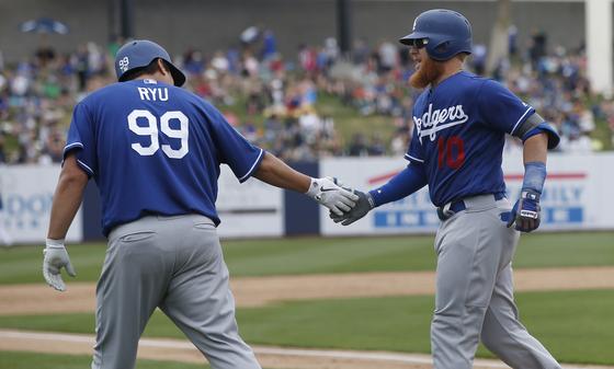 류현진(왼쪽)이 5회 안타를 치고 나간 뒤 터너의 홈런으로 득점했다. 홈을 밟고 손바닥을 부딪히는 두 선수. [AP=연합뉴스]