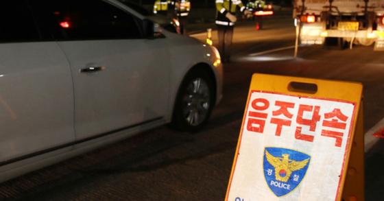 22일 음주차량 신고를 받고 출동한 경찰이 8.5km 추격전 끝에 만취 운전자를 검거했다고 밝혔다. 사진은 음주단속 중인 경찰.[뉴스1]