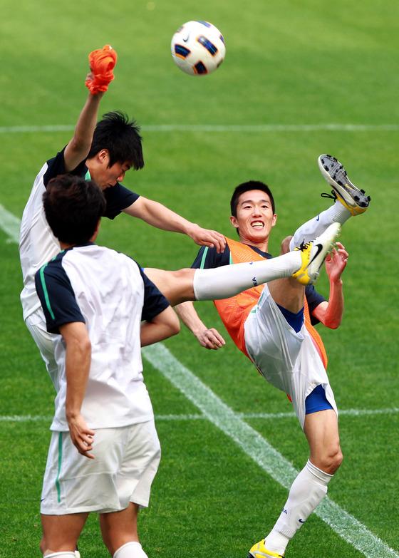 2011년 6월 세르비아와 평가전을 앞두고 훈련에 나선 김정우와 기성용. 당시 두 선수가 한국 중원을 책임졌다. [중앙포토]